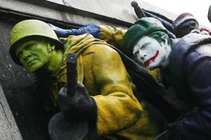 Барелефи на войници с каска и ушанка от Паметника на съветската армия в Княжеската градина на София, които неизвестен художник оцвети като герои от американски комикси през 2011 г.