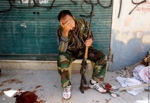 Боец на Сирийската освободителна армия оплаква свой приятел убит от снайпер. Фото: yaplakal.com
