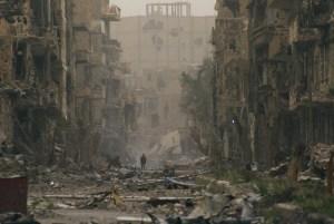 Дете търси родителите си в разрушените сгради на град Дейр-ал-Зор. Никой не може да прогнозира дали и кога ще се промени картината в Сирия. При сегашното положение или след военна намеса отвън. Сигурно е, че потокът на бежанците ще продължава да расте с пъти. Фото: bigpicture