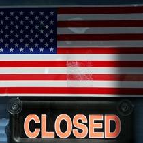 Правителството на САЩ затвори за първи път от 17 години насам и страната живее под нарастващата заплаха да изпадне в неплатежоспособност само след 17 дни, след като в Конгреса народните представители от Демократическата и Републиканската партия бяха сериозно разделени.