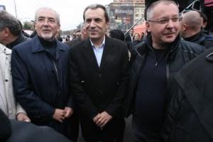 Лидерът на ДПС Лютви Местан, Премиерът Пламен Орешарски и лидерът на БСП Сергей Станишев по време на митинга в София.