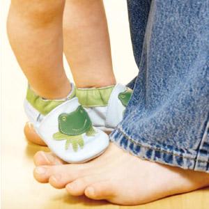 В България са и по-малко изискванията, отколкото във Великобритания, на които трябва да отговаря бащата, за да ползва отпуска си за гледане на бебе.