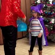 Дай ми сега гълъбчето, казва фокусникът чичо Стоил на 6-годишната Ангелина Веселинов.