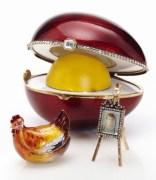 Изключителени със своята красота и блясък са декоративните яйца на Петер Карл Фаберже, изработени от скъпоценни камъни и благородни метали.