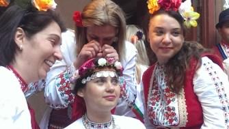 25 май 2014 г. Момичетата плачат за булката Веселка Василева, според народният обичай на Сватбата й с Росен Начев.