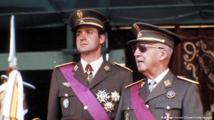 Диктаторът Франко (дясно) ръководи Испания и по негово време Хуан Карлос няма никакви официални титли или постове в държавата. Въпреки това, Генерал Франко разрешава синът му Фелипе да бъде вписан в гражданските регистри, като