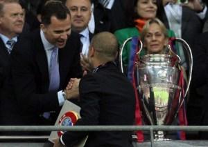 Принц Фелипе поздравява Гуардиола с титлата на Барцелона през 2011 г.