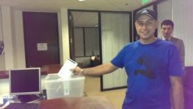 Така започна изборният ден в Ел Ей: Росен Георгиев Начев (36) от Благоевград е първият българин в Ел Ей гласувал в 6:15 сутринта, само 15 минути след като бе отворена секцията в Генералното ни консулство в Лос Анжелес.Фото Евгени Веселинов, BulgariCA.com