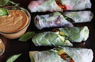Свежи летни рулца с босилек, авокадо, алабаш + пикантен фъстъчен сос с чесън: