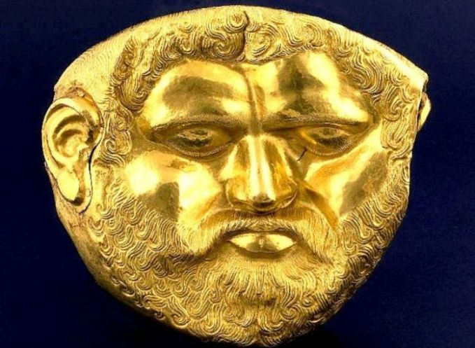 Златната маска на тракийски владетел на Одриското царство, вероятно на Терес I, от V в. пр. н.е., открита в могилата Светицата