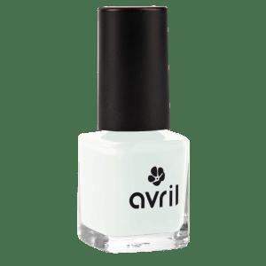 vernis-a-ongles-faux-blanc-bleute-vernis-bleu-pastel