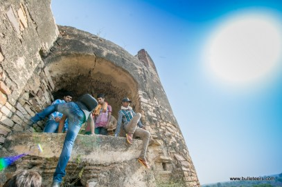 a bulleteer climbing up an enclosure which houses the well at Gohad fort