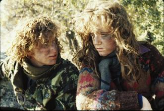jennifer-grey-and-lea-thompson-in-röd-gryning-(1984)