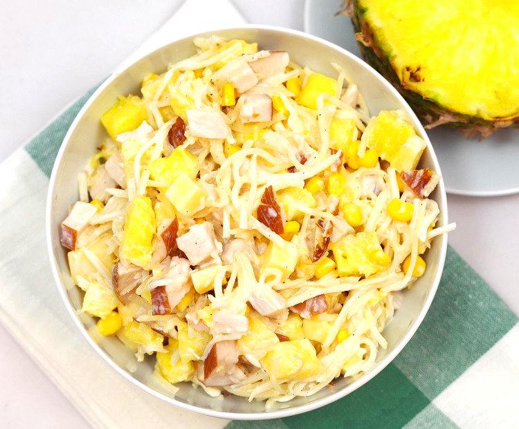 Sałatka z ananasem i wędzonym kurczakiem