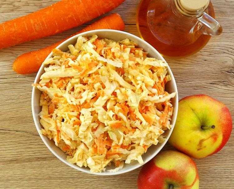 Surówka z kapusty pekińskiej, jabłka i marchewki