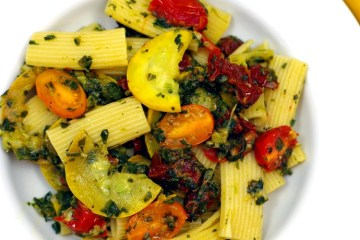 Makaron z cukinią, szpinakiem i pomidorami 2
