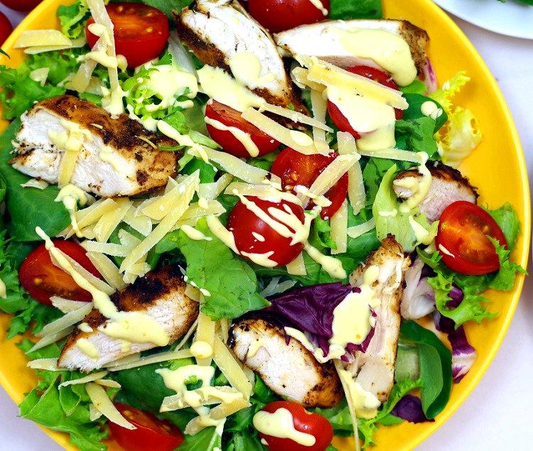 Sałatka z grillowanym kurczakiem i sosem miodowo-musztardowym 2