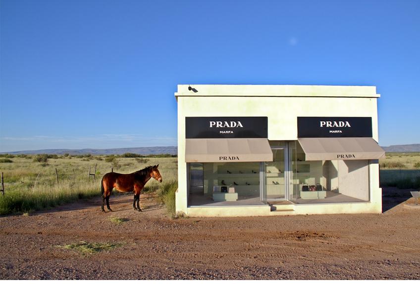 """Prada sta cercando di recuperare terreno anche aprendo nuovi pop-up store temporanei e chiudendo alcuni dei negozi più """"tradizionali"""""""