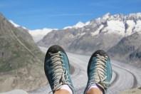 Chaussures de randonnée devant un glacier