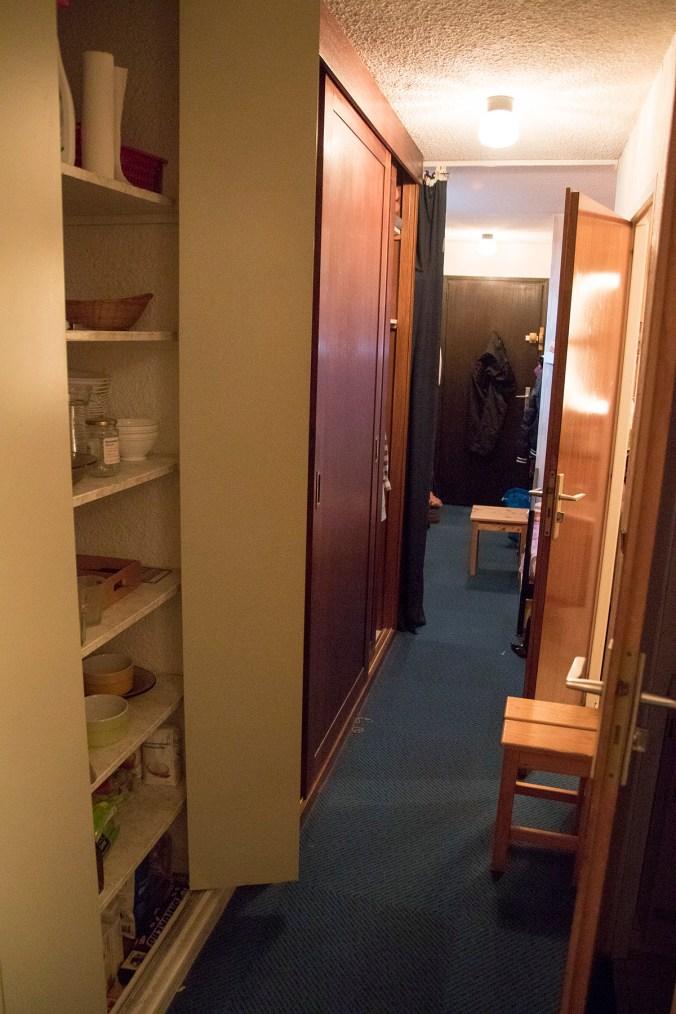 Garderob/skafferi och utsikt bort mot dörren.