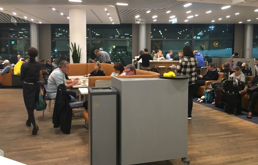 Bewertung: Lufthansa Business Lounge Frankfurt A13 miles & more swiss austrian star alliance gold status frequent traveller ftl fra fraport business class first class