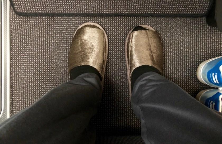 eva air royal laurel class business class b787 boeing 787 dreamliner br891 tpe hkg taipeh hong kong schluppen slippers