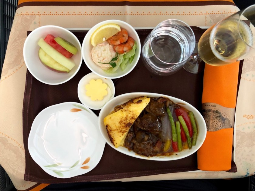 eva air royal laurel class business class b787 boeing 787 dreamliner br891 tpe hkg taipeh hong kong essen food beef Reise um die Erde in 22 Tagen