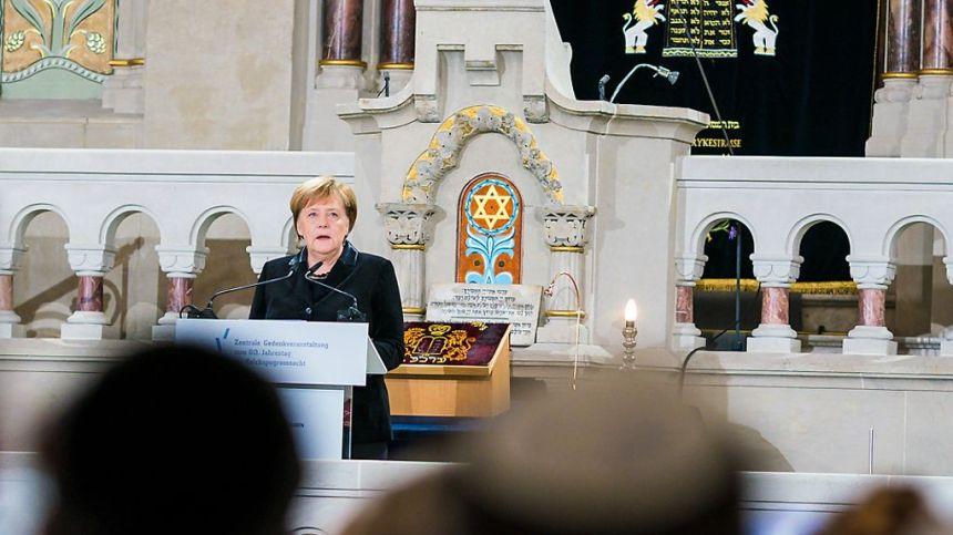 Bundeskanzlerin Angela Merkel spricht bei der zentralen Gedenkveranstaltung des Zentralrats der Juden in Deutschland in der Synagoge in der Rykestraße.