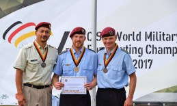 Stilspringen der Herren: Gold ging an Hauptfeldwebel Elischa Weber (Mitte), Bronze an Hauptfeldwebel Stefan Wiesner (Rechts).