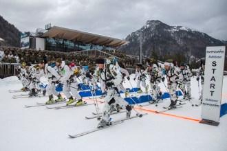 Die Mannschaften der deutschen und österreichischen Gebirgsjäger starten in den Wettkampf.