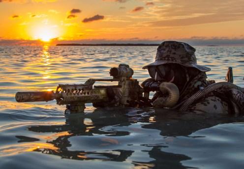 Ein Kampfschwimmer des KSM mit der Waffe G36KA2 und Suppressor beobachtet eine Anlandestelle .