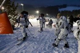 Endspurt: Soldaten, die den Wettkampf bereits beendet haben, feuern ihre Kameraden aus den nachfolgenden Startgruppen an.