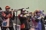 Einzige Deutsche bei den Erwachsenen im Finale: Jolyn Beer (Mitte) im Endkampf mit dem Luftgewehr.