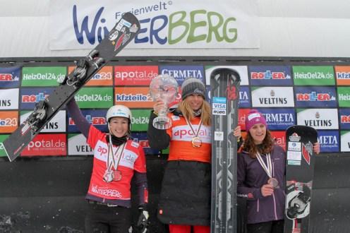 Die Ehrung für den Gesamt Weltcup der Damen (v.l.): 2. Platz Selina Joerg, 1.Platz Ester Ledecka (CZE), 3. Platz Ramona Hofmeister.