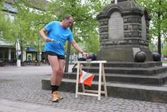 Ein Läufer am Denkmal in Uelzen.