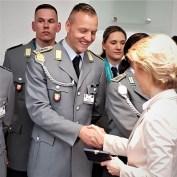 Gut 60 Mal Shakehands von Verteidigungsministerin Ursula von der Leyen, die allen Pyeongchang-Olympioniken eine Ehrenmedaille des Bundesverteidigungsministeriums mit persönlicher Gravur auf der Rückseite überreichte.