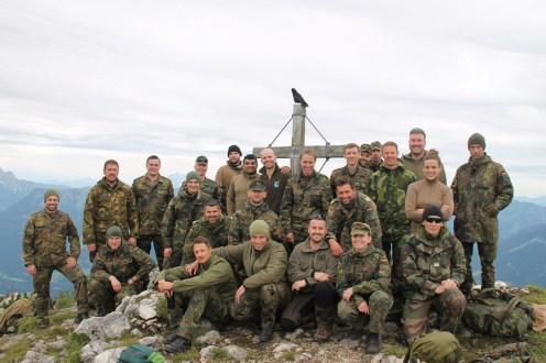 Gipfelglück: Die Offiziere und zivilen Führungskräfte präsentieren sich für ein Gruppenfoto vor dem Gipfelkreuz des Weitschartenkopfes.