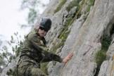 Ein Lehrgangsteilnehmer übt sich beim Klettern an einer Felswand. (Foto: Bundeswehr/Oliver Keller)