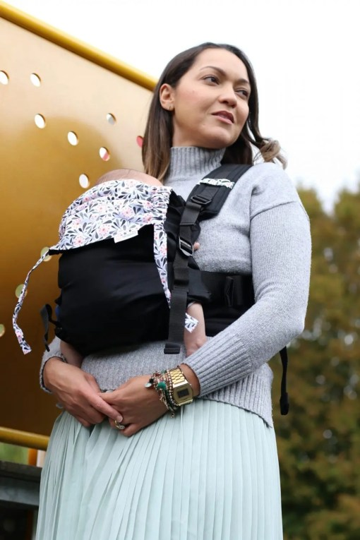 Woman carrying a newborn in a Mamaruga sling