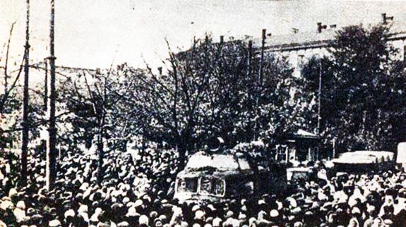 1941 Românii Din Chiṣinăul Eliberat, în Jurul Unei Staṭii Mobile De Emisie Care Transmitea Programul Radio Românesc