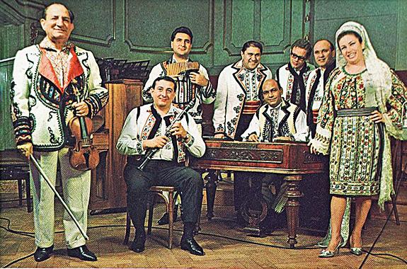 Orchestra Nicu Stănescu la Expoziția Românească din Hamburg. La nai Damian Luca, solistă Ileana Sărăroiu