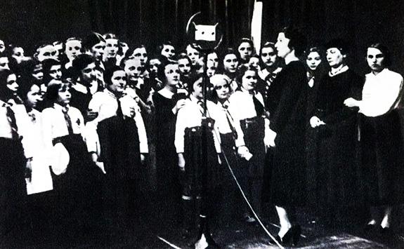 Ora şcolarilor la radio. Copii străjeri, 1937 (1930)