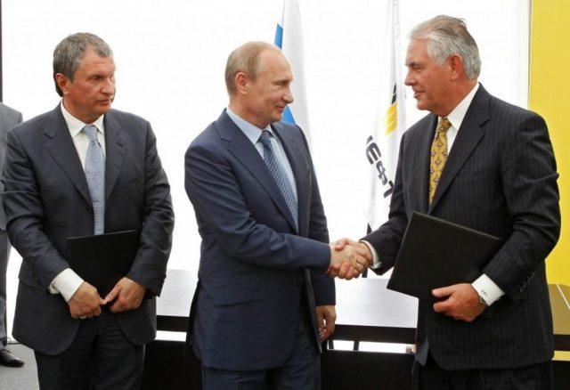 Igor Sechin, Vladimir Putin e Rex Tillerson celebrano la firma dell'accordo ExxonMobil-Rosneft per il Mar Nero, giugno 2012. (RIA-Novosti/AP)
