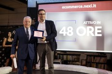 Roberto Liscia, Presidente di Netcomm, premia Nexi per la categoria Finance e Insurance