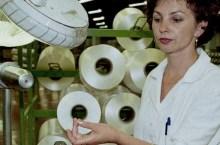 Lavoratrice in fabbrica di filati a Humenne (da europa-eu)