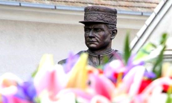 Stefanik-busto-Kosariska_(foto_minisero-difesa_mil.sk)