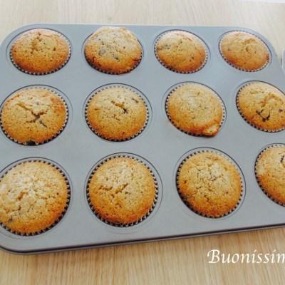 Špaldové muffiny s rebarborou a hořkou čokoládou