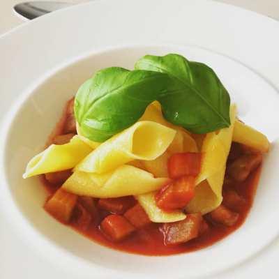 Garganelli s lilkem, rajčaty a bazalkou