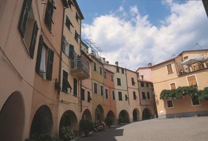 Varese Ligure: per le vie come anche nei dintorni del paese chi ama fotografare avrˆ di che sbizzarsi