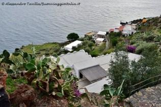 Scorcio dall'alto su tetti e vegetazione di Alicudi